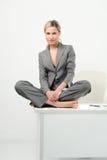 avslappnande tidkvinna för härligt kontor Royaltyfria Foton