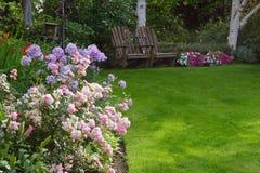 Avslappnande trädgård Arkivfoto