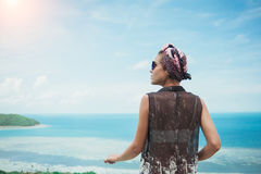 Avslappnande tyckande om sikt för ung kvinna av havet på ön i Thailand Arkivfoton