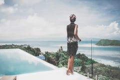 Avslappnande tyckande om sikt för ung kvinna av havet på ön i Thailand Royaltyfri Fotografi