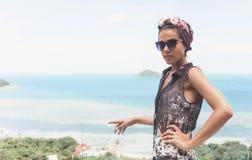 Avslappnande tyckande om sikt för ung kvinna av havet på ön i Thailand Royaltyfri Bild