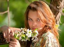 avslappnande vit kvinna för klänningotdoor Royaltyfri Bild