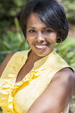 Avslappnande yttersida för härlig afrikansk amerikankvinna Royaltyfri Foto