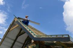 Avsluta arbete på ett tak fotografering för bildbyråer