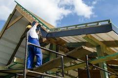 Avsluta arbete på ett tak arkivfoto