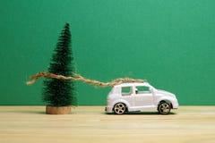 Avsluta det globala feriebegreppet för året med bilar, julträdet och det lilla hemmet Ferie- och julberöm Royaltyfria Foton