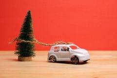 Avsluta det globala feriebegreppet för året med bilar, julträdet och det lilla hemmet Ferie- och julberöm Arkivfoton