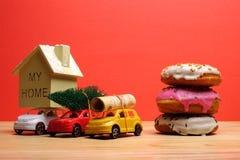 Avsluta det globala feriebegreppet för året med bilar, julträdet och det lilla hemmet Ferie- och julberöm Royaltyfri Bild