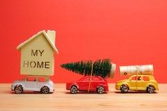 Avsluta det globala feriebegreppet för året med bilar, julträdet och det lilla hemmet Ferie- och julberöm Arkivbilder