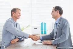 Avsluta ett avtal mellan två affärsmän arkivfoto