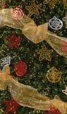 Avsluta garnering på den stora julgranen Royaltyfria Bilder