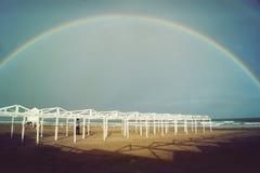 Avsluta regnbågen i stranden Royaltyfria Bilder
