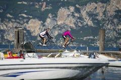 Avsluta sig på sjön med cykeln - gardatrentinoen Italien Arkivbilder