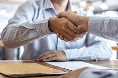Avsluta upp ett möte, handskakning av två lyckliga affärspersoner efter avtalsöverenskommelse att bli en partner som är kollabora arkivfoto