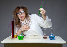 Avsmak och smutsig forskare i labb arkivfoto