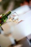 Avsmakning-vit vin häller in ett exponeringsglas arkivbilder