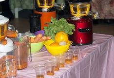 Avsmakningfruktsaft från juiceren royaltyfria bilder