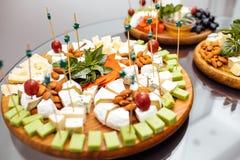 Avsmakningostmaträtt Läcker ost på tabellen Tabellsetti royaltyfri foto