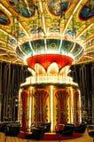 Avsnitt av den tomma chain karusellen/den färgrika upplysta chain karusellen Royaltyfri Fotografi