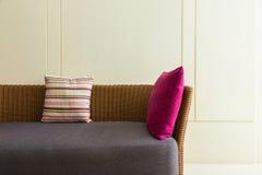Avsnitt av den tomma vide- soffan med 2 kuddar och den tomma väggen Royaltyfria Bilder