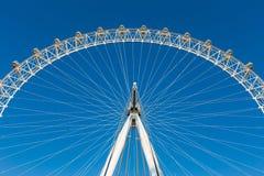 Avsnitt av det London ögat, ferrishjul, mot klar blå himmel royaltyfri bild