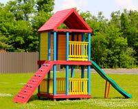 Avsnitt av färgrika träbarns lekplats Fotografering för Bildbyråer
