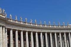 Avsnitt av kolonnaden på St Peter i Vaticanen Royaltyfria Bilder