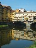 Avsnitt av Ponten Vecchio i Florence, Italien, reflekterad i vattnet av den Arno floden arkivfoton