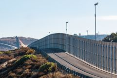 Avsnitt av väggen för internationell gräns mellan San Diego/Tijuana royaltyfri fotografi