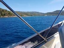 Avsnitt f?r portsida av yachten som reser som ?r v?stra i den Batangas fj?rden royaltyfria foton