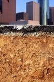 avsnitt för väg för utgrävning för stadskorsjordskalv Arkivfoton