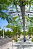Avspegla gatorna i glasväggarna av modern byggnad Arkivbilder