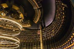 Avspegla immagen av vinkällaren i staden av vin, Bordeaux, Frankrike royaltyfri fotografi
