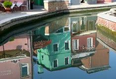 Avspegla på lagunen av den Venetian ön av Burano Fotografering för Bildbyråer