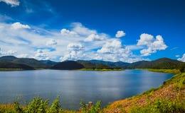 Avspegla sjön och berget med molnet för blå himmel i behållare Arkivbild