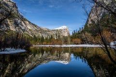 Avspegla sjön på vintern - den Yosemite nationalparken, Kalifornien, USA Royaltyfria Bilder