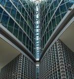 Avspegla skyskrapor med exponeringsglasarchitekture royaltyfri bild