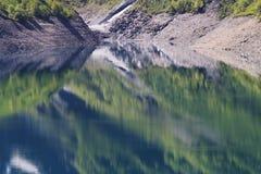 Avspegla trän i tusen dollar-Maison för konstgjord sjö, Frankrike royaltyfri fotografi