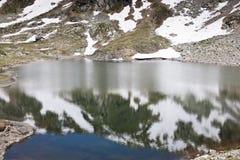 Avspegla vatten av Stubelesee, Österrike Fotografering för Bildbyråer
