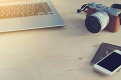 Avspeglar den Wood utrymme och kameran för kontorstabell mindre, mobiltelefonen, Tha Arkivfoto