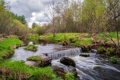 Avstängd ström och vattenfall i St Croix County, Wisconsin royaltyfri bild