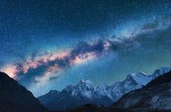 avstånd Nattlandscapw med Vintergatan och berg arkivfoton