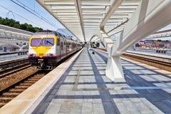 Avtågande drev på stationen Guillemins, Liège Royaltyfri Fotografi