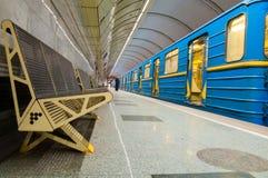 Avtågande drevKiev tunnelbana på station Royaltyfri Bild
