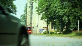 Avtågande retro spårvagn stock video