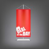Avtal av dagen Vertikal röd flagga på pelaren Arkivbild