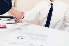 Avtal eller förhandla affärshälsningbegrepp arkivbilder