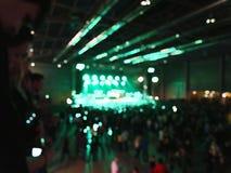 Avtala åhörare, suddig bakgrund med etappljus Fotografering för Bildbyråer