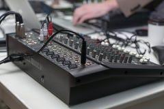 avtalar ljudet för dj-utrustningblandaren Arkivfoton