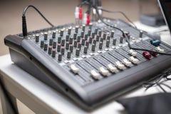 avtalar ljudet för dj-utrustningblandaren Royaltyfri Bild